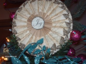 Tree topper in fanned paper Joy in center
